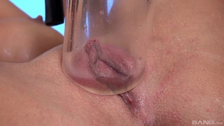 Solo woman tries the pussy pump then the dildo in pretty kinky ways