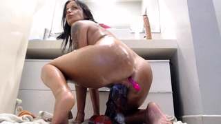 Close up amateur beauty uses her toy to masturbates