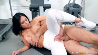 Dirty personal trainer fucks busty milf Jaclyn Taylor in the gym